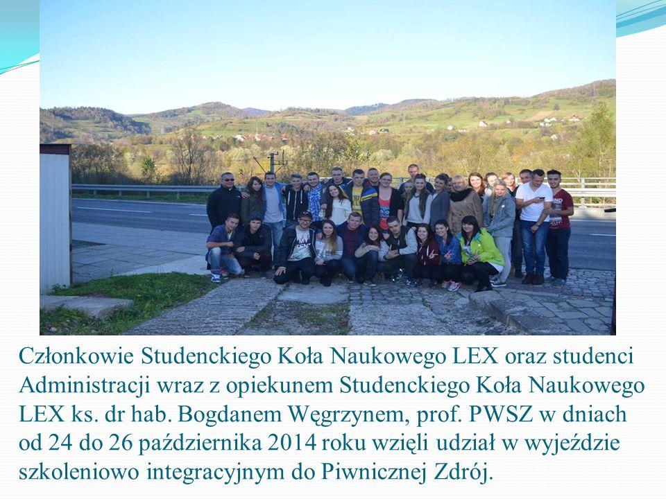 Członkowie Studenckiego Koła Naukowego LEX oraz studenci Administracji wraz z opiekunem Studenckiego Koła Naukowego LEX ks.