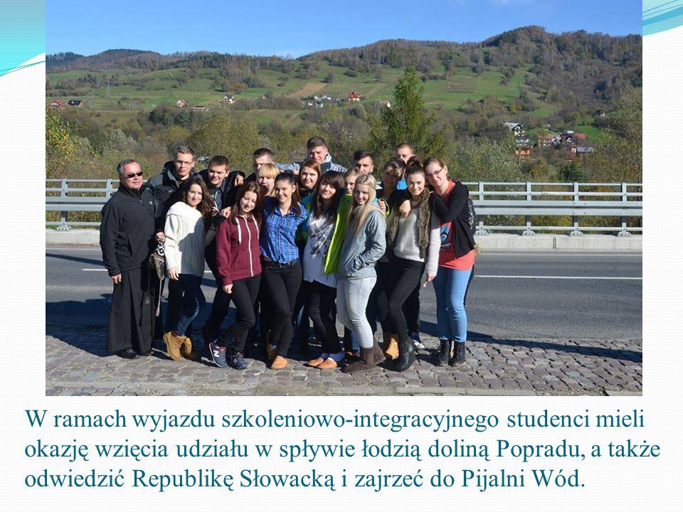 W ramach wyjazdu szkoleniowo-integracyjnego studenci mieli okazję wzięcia udziału w spływie łodzią doliną Popradu, a także odwiedzić Republikę Słowacką i zajrzeć do Pijalni Wód.