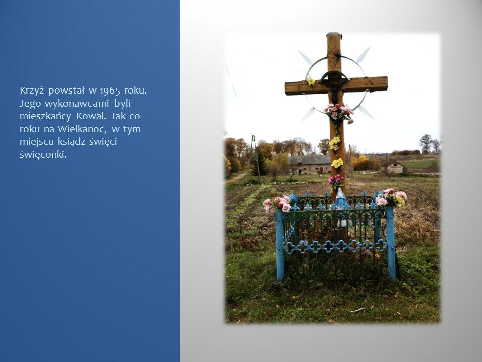 Krzyż powstał w 1965 roku. Jego wykonawcami byli mieszkańcy Kowal