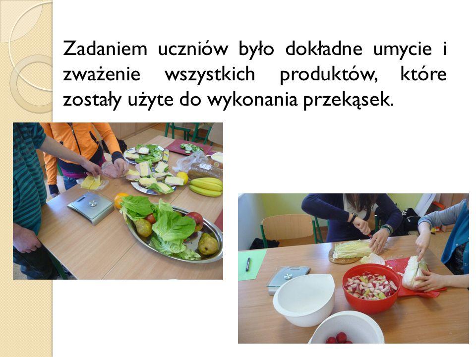 Zadaniem uczniów było dokładne umycie i zważenie wszystkich produktów, które zostały użyte do wykonania przekąsek.