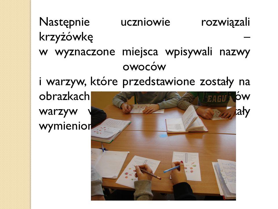 Następnie uczniowie rozwiązali krzyżówkę – w wyznaczone miejsca wpisywali nazwy owoców i warzyw, które przedstawione zostały na obrazkach.