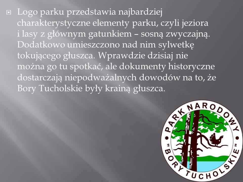 Logo parku przedstawia najbardziej charakterystyczne elementy parku, czyli jeziora i lasy z głównym gatunkiem – sosną zwyczajną.