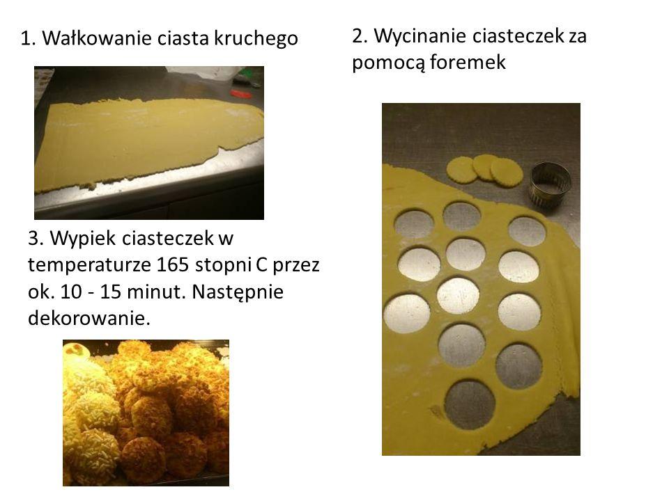 2. Wycinanie ciasteczek za pomocą foremek