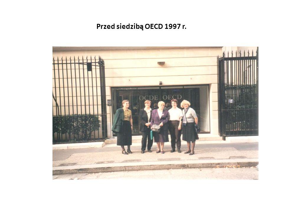 Przed siedzibą OECD 1997 r.