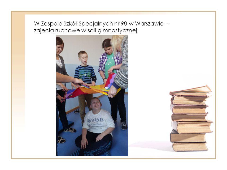 W Zespole Szkół Specjalnych nr 98 w Warszawie – zajęcia ruchowe w sali gimnastycznej