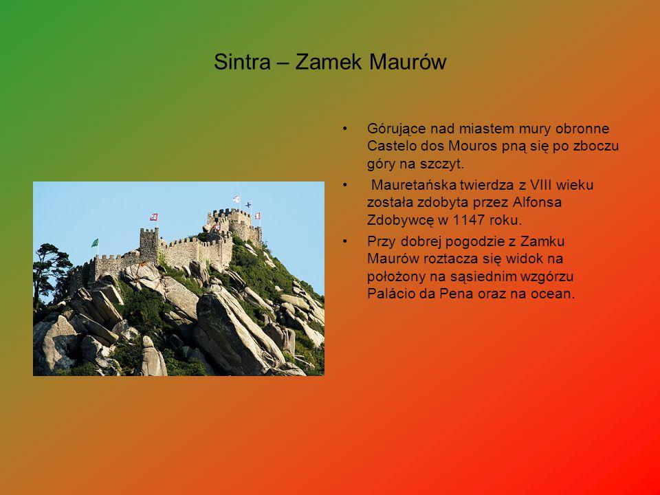 Sintra – Zamek Maurów Górujące nad miastem mury obronne Castelo dos Mouros pną się po zboczu góry na szczyt.