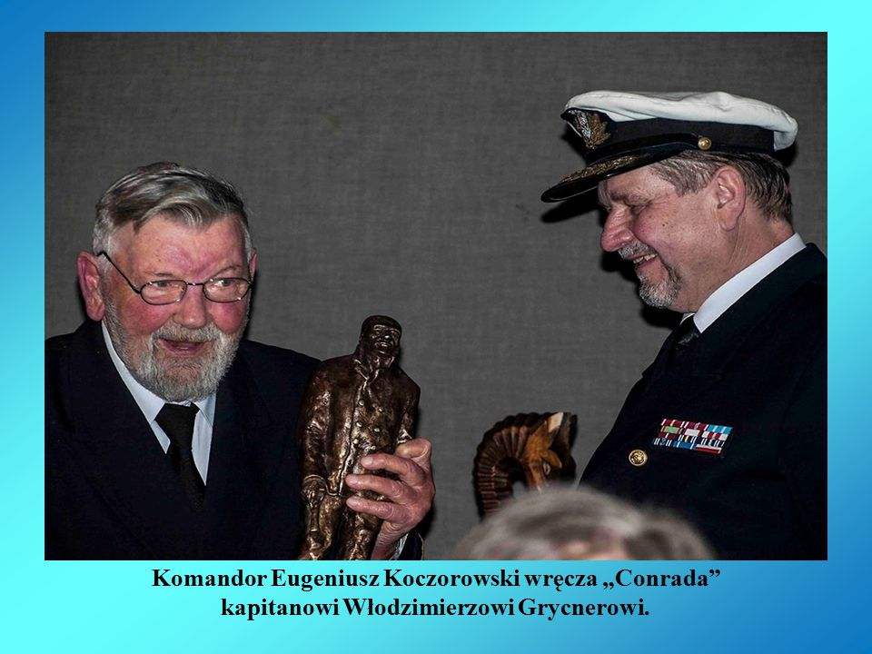 Komandor Eugeniusz Koczorowski wręcza mi Conrada.