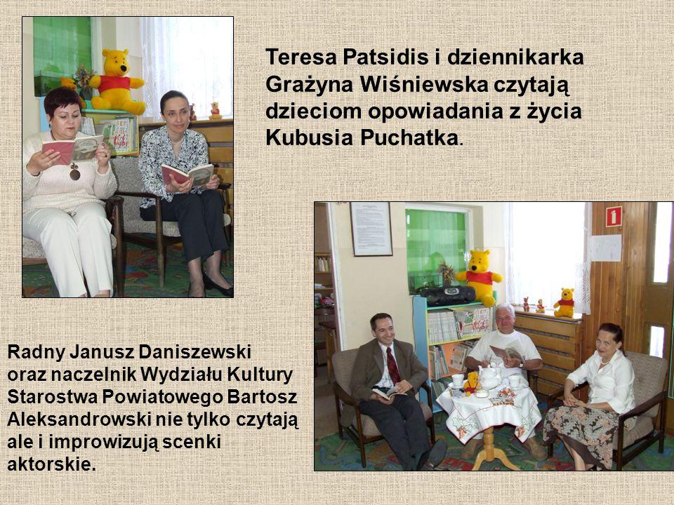 Teresa Patsidis i dziennikarka Grażyna Wiśniewska czytają dzieciom opowiadania z życia Kubusia Puchatka.