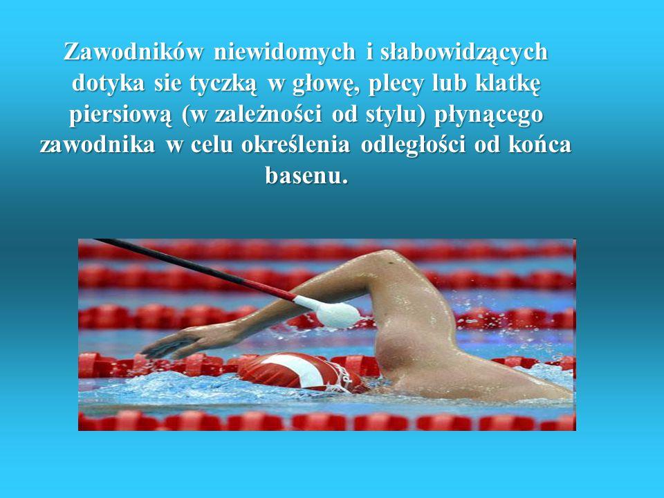 Zawodników niewidomych i słabowidzących dotyka sie tyczką w głowę, plecy lub klatkę piersiową (w zależności od stylu) płynącego zawodnika w celu określenia odległości od końca basenu.