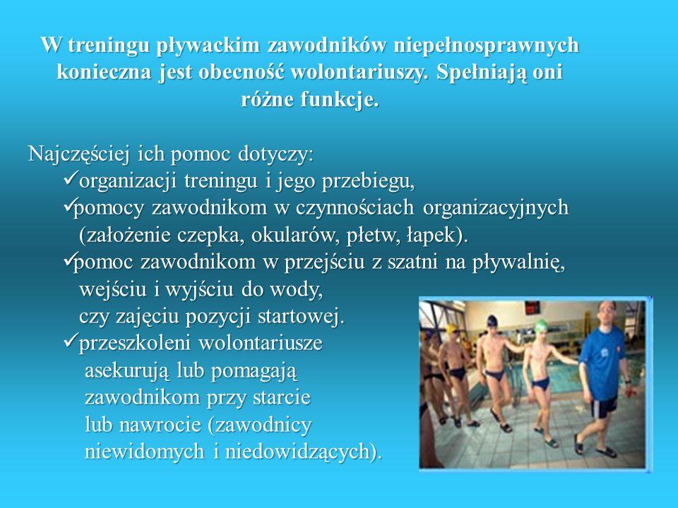 W treningu pływackim zawodników niepełnosprawnych konieczna jest obecność wolontariuszy. Spełniają oni różne funkcje.