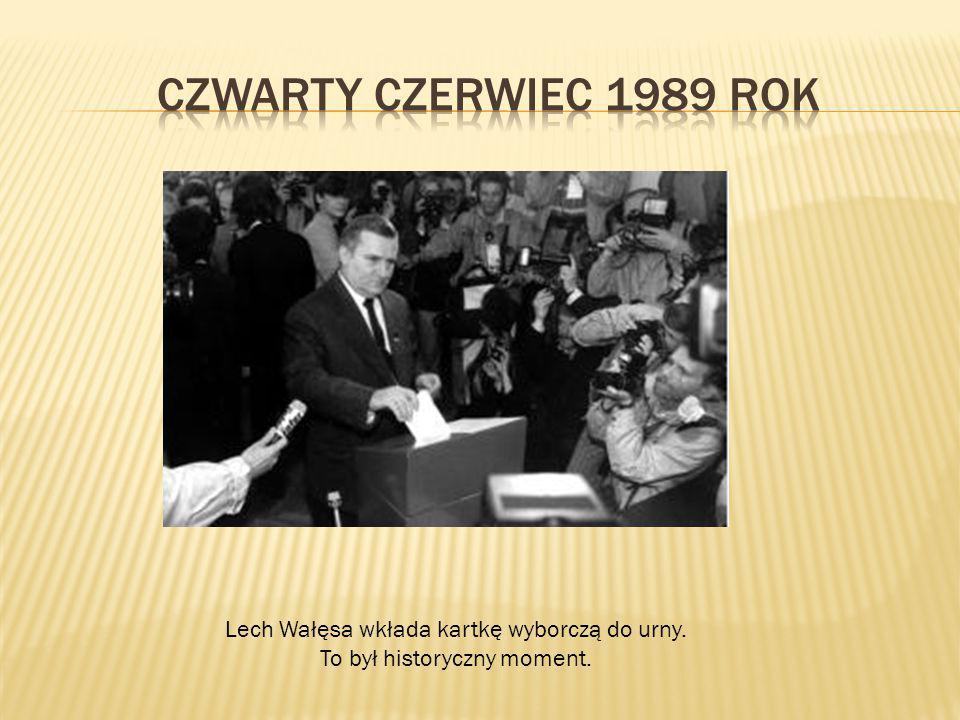 Czwarty czerwiec 1989 rok Lech Wałęsa wkłada kartkę wyborczą do urny.