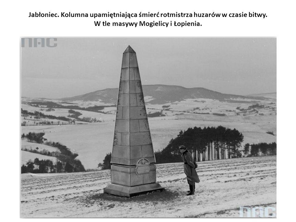 Jabłoniec. Kolumna upamiętniająca śmierć rotmistrza huzarów w czasie bitwy.