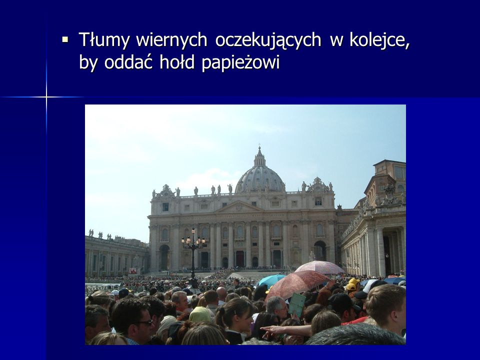 Tłumy wiernych oczekujących w kolejce, by oddać hołd papieżowi
