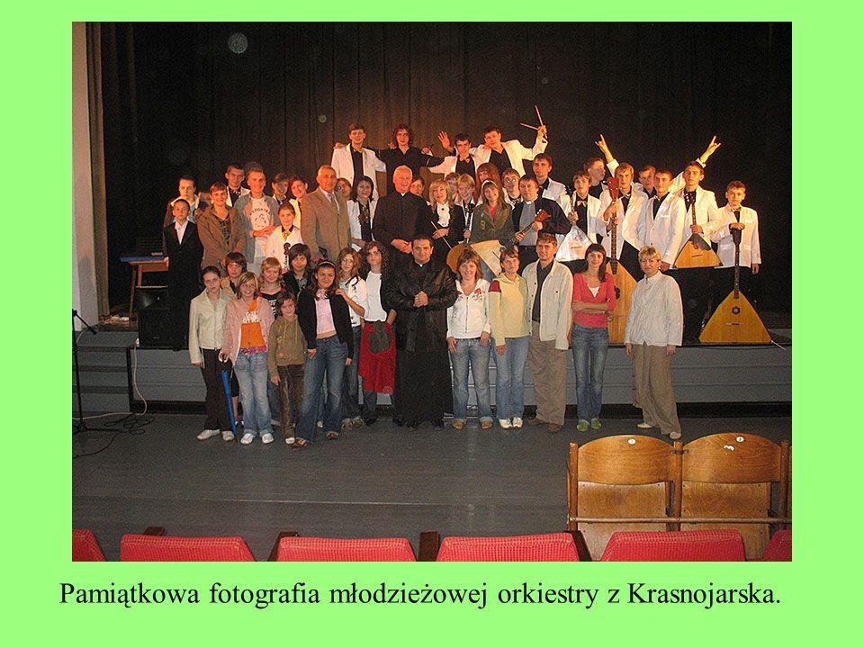 Pamiątkowa fotografia młodzieżowej orkiestry z Krasnojarska.
