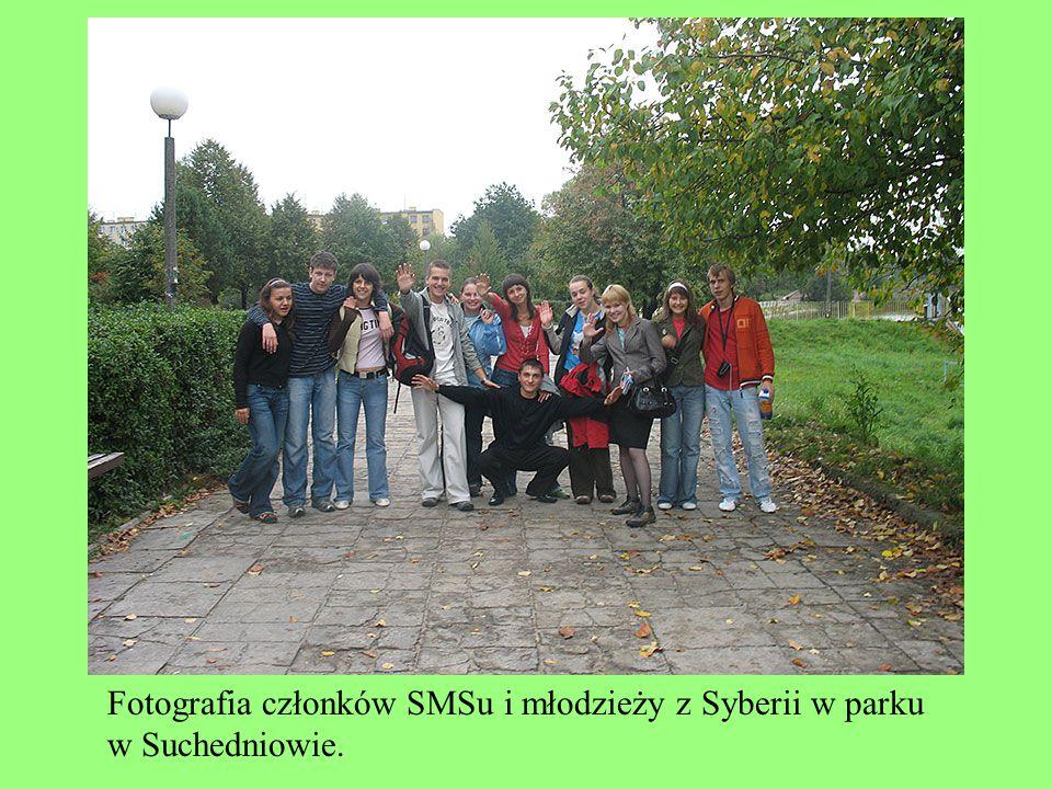 Fotografia członków SMSu i młodzieży z Syberii w parku w Suchedniowie.