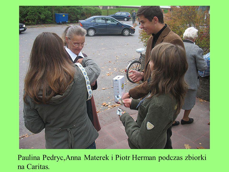 Paulina Pedryc,Anna Materek i Piotr Herman podczas zbiorki na Caritas.