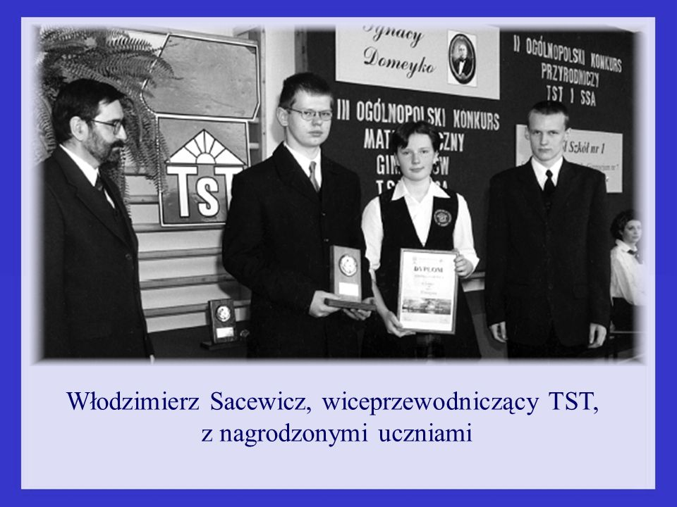 Włodzimierz Sacewicz, wiceprzewodniczący TST, z nagrodzonymi uczniami