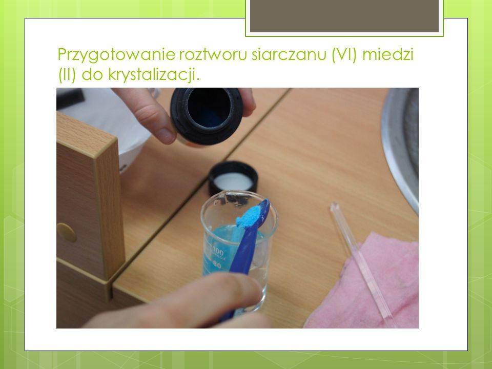 Przygotowanie roztworu siarczanu (VI) miedzi (II) do krystalizacji.