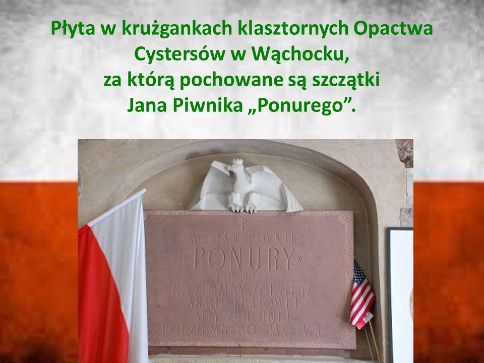 """Płyta w krużgankach klasztornych Opactwa Cystersów w Wąchocku, za którą pochowane są szczątki Jana Piwnika """"Ponurego ."""