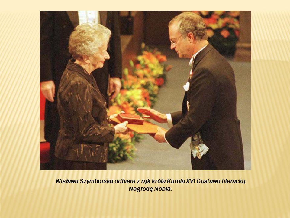 Wisława Szymborska odbiera z rąk króla Karola XVI Gustawa literacką Nagrodę Nobla.