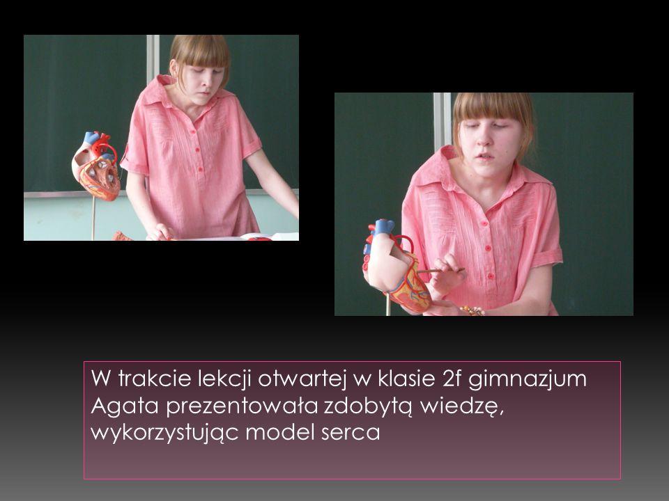 W trakcie lekcji otwartej w klasie 2f gimnazjum Agata prezentowała zdobytą wiedzę, wykorzystując model serca
