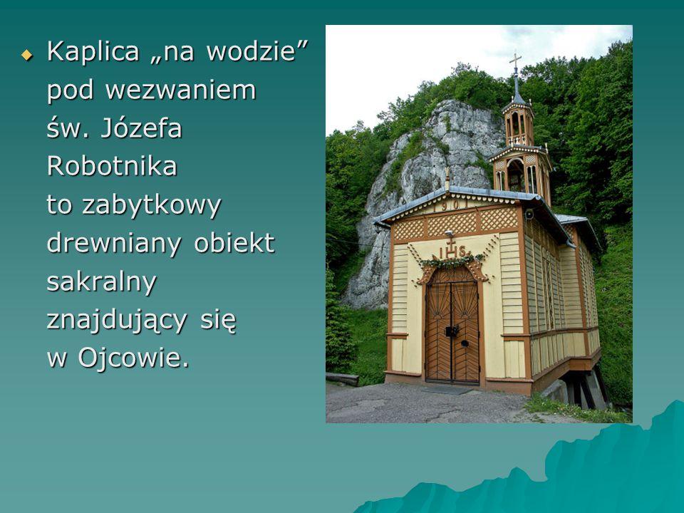 """Kaplica """"na wodzie pod wezwaniem. św. Józefa. Robotnika. to zabytkowy. drewniany obiekt. sakralny."""