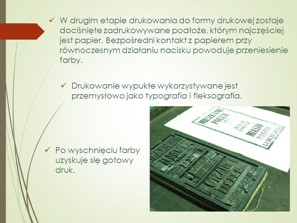 W drugim etapie drukowania do formy drukowej zostaje dociśnięte zadrukowywane podłoże, którym najczęściej jest papier. Bezpośredni kontakt z papierem przy równoczesnym działaniu nacisku powoduje przeniesienie farby.
