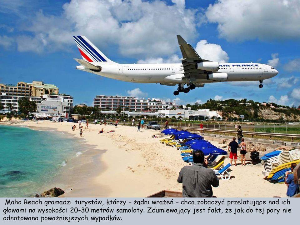 Moho Beach gromadzi turystów, którzy – żądni wrażeń – chcą zobaczyć przelatujące nad ich głowami na wysokości 20-30 metrów samoloty.