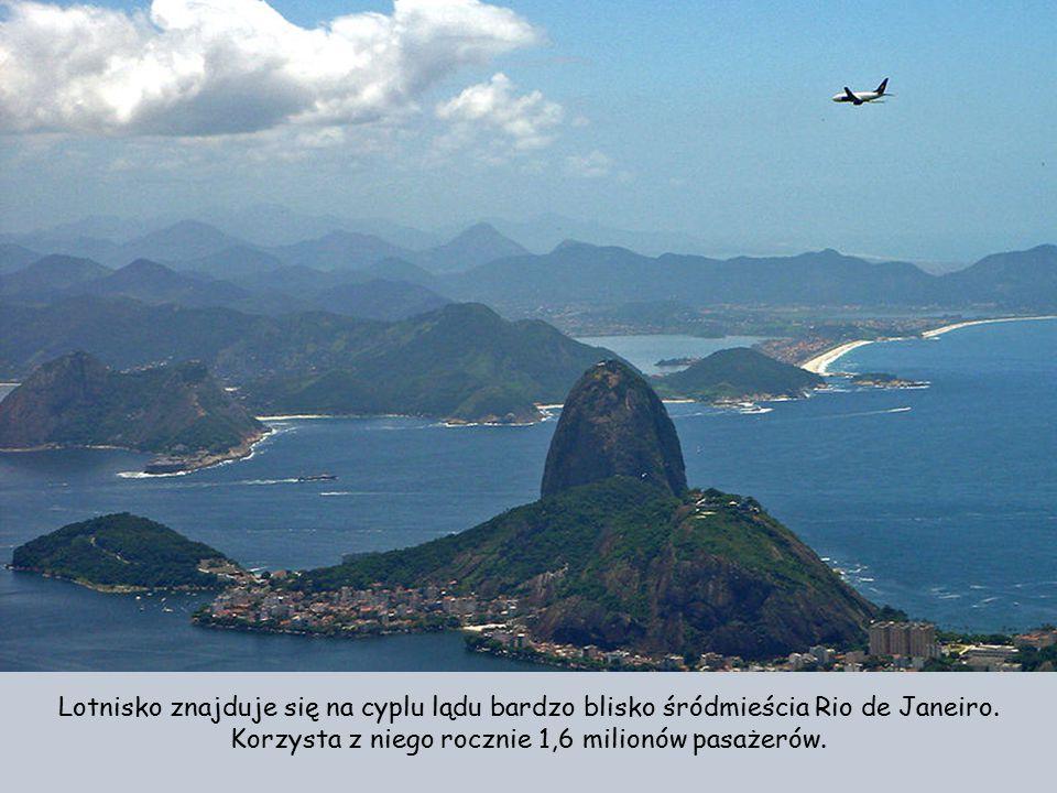Lotnisko znajduje się na cyplu lądu bardzo blisko śródmieścia Rio de Janeiro.