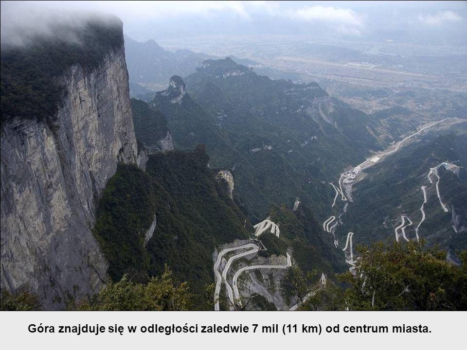 Góra znajduje się w odległości zaledwie 7 mil (11 km) od centrum miasta.