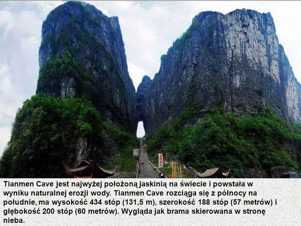 Tianmen Cave jest najwyżej położoną jaskinią na świecie i powstała w wyniku naturalnej erozji wody.
