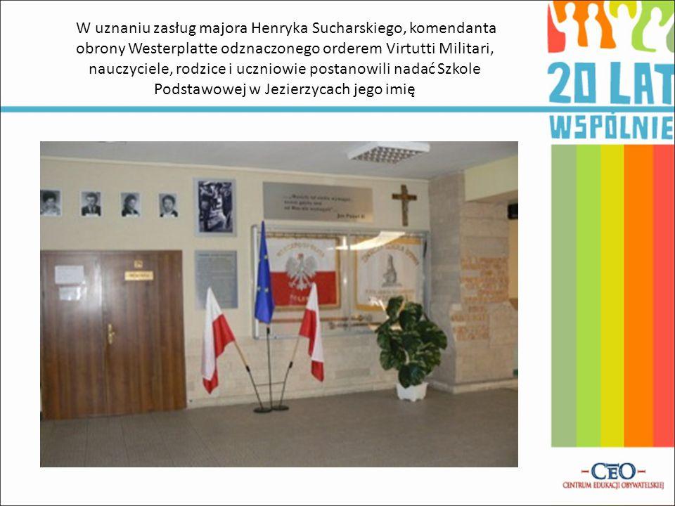 W uznaniu zasług majora Henryka Sucharskiego, komendanta obrony Westerplatte odznaczonego orderem Virtutti Militari, nauczyciele, rodzice i uczniowie postanowili nadać Szkole Podstawowej w Jezierzycach jego imię