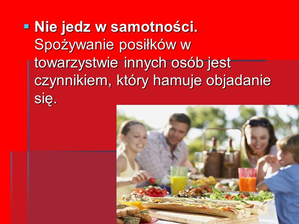 Nie jedz w samotności. Spożywanie posiłków w towarzystwie innych osób jest czynnikiem, który hamuje objadanie się.