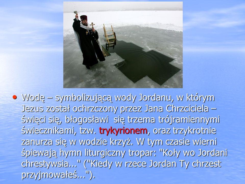 Wodę – symbolizującą wody Jordanu, w którym Jezus został ochrzczony przez Jana Chrzciciela – święci się, błogosławi się trzema trójramiennymi świecznikami, tzw.