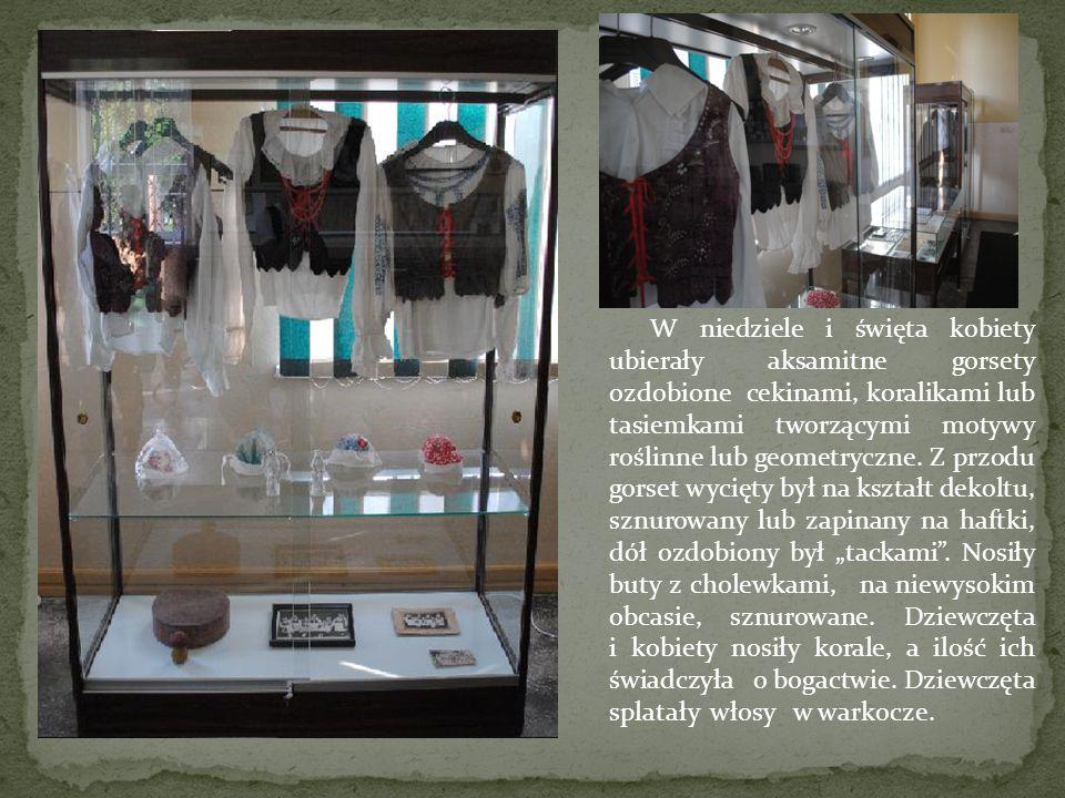 W niedziele i święta kobiety ubierały aksamitne gorsety ozdobione cekinami, koralikami lub tasiemkami tworzącymi motywy roślinne lub geometryczne.