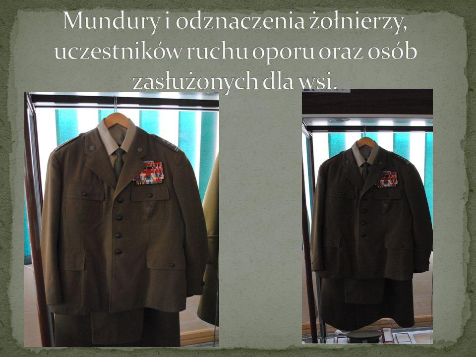Mundury i odznaczenia żołnierzy, uczestników ruchu oporu oraz osób zasłużonych dla wsi.