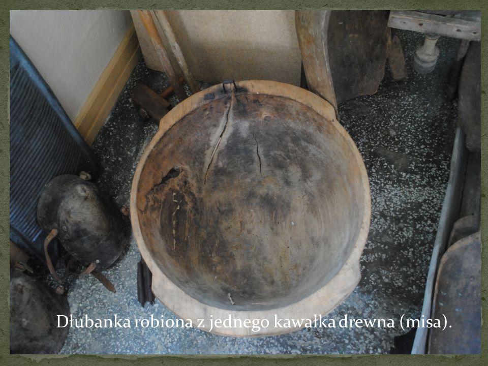 Dłubanka robiona z jednego kawałka drewna (misa).