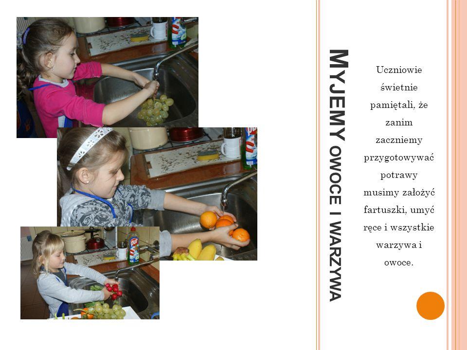 Uczniowie świetnie pamiętali, że zanim zaczniemy przygotowywać potrawy musimy założyć fartuszki, umyć ręce i wszystkie warzywa i owoce.