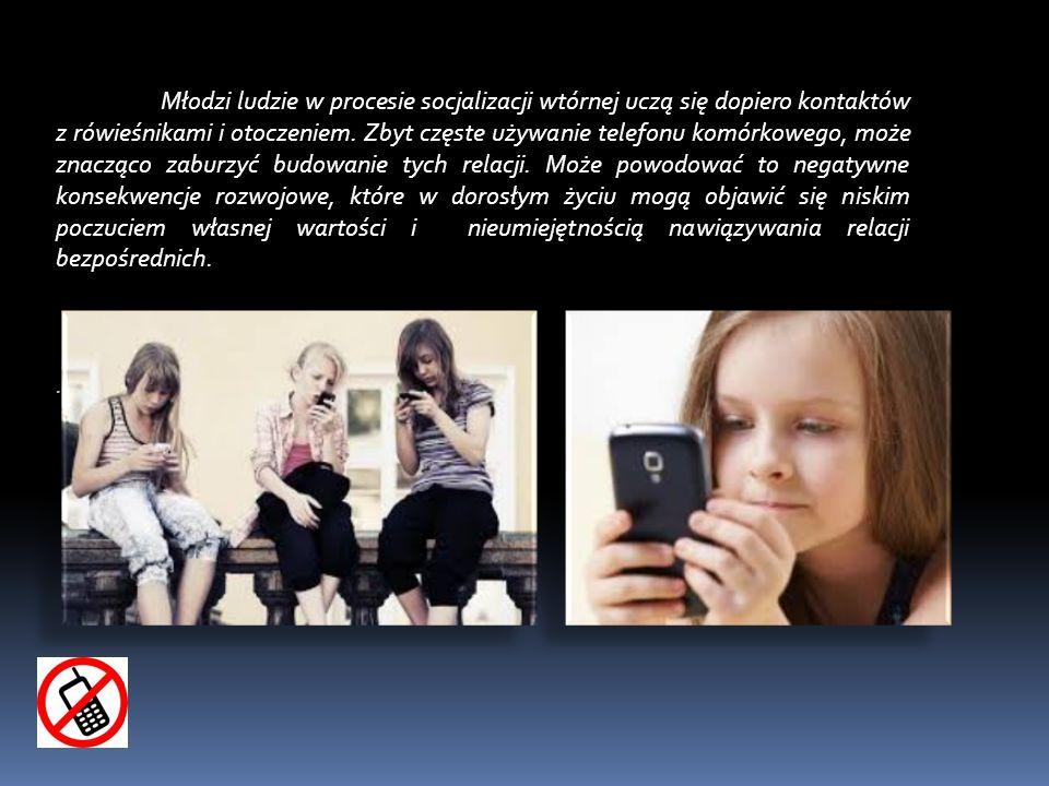 Młodzi ludzie w procesie socjalizacji wtórnej uczą się dopiero kontaktów z rówieśnikami i otoczeniem. Zbyt częste używanie telefonu komórkowego, może znacząco zaburzyć budowanie tych relacji. Może powodować to negatywne konsekwencje rozwojowe, które w dorosłym życiu mogą objawić się niskim poczuciem własnej wartości i nieumiejętnością nawiązywania relacji bezpośrednich.
