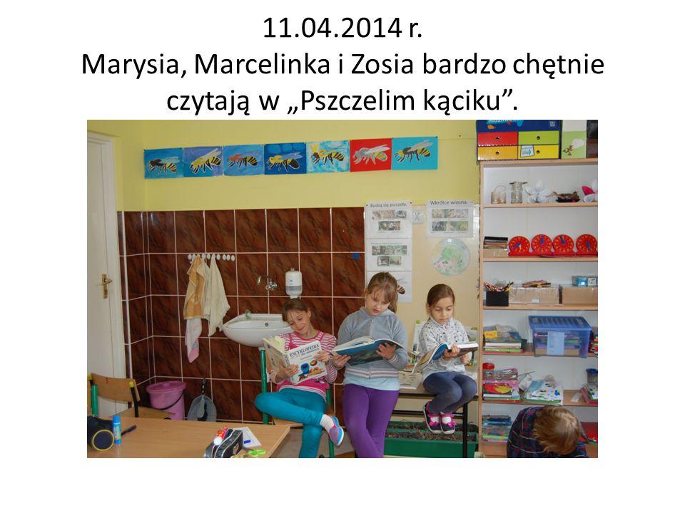"""11.04.2014 r. Marysia, Marcelinka i Zosia bardzo chętnie czytają w """"Pszczelim kąciku ."""