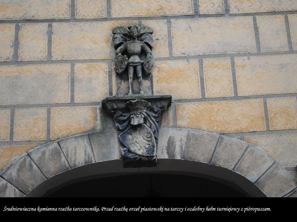 S Średniowieczna kamienna rzeźba tarczownika.