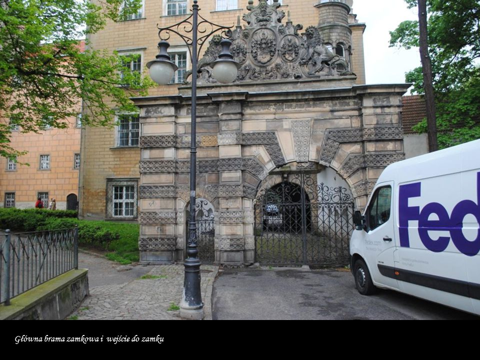 Główna brama zamkowa i wejście do zamku