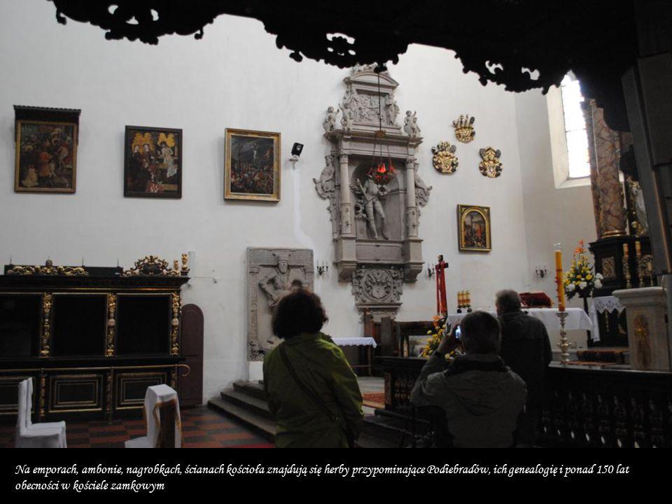 Na emporach, ambonie, nagrobkach, ścianach kościoła znajdują się herby przypominające Podiebradów, ich genealogię i ponad 150 lat obecności w kościele zamkowym