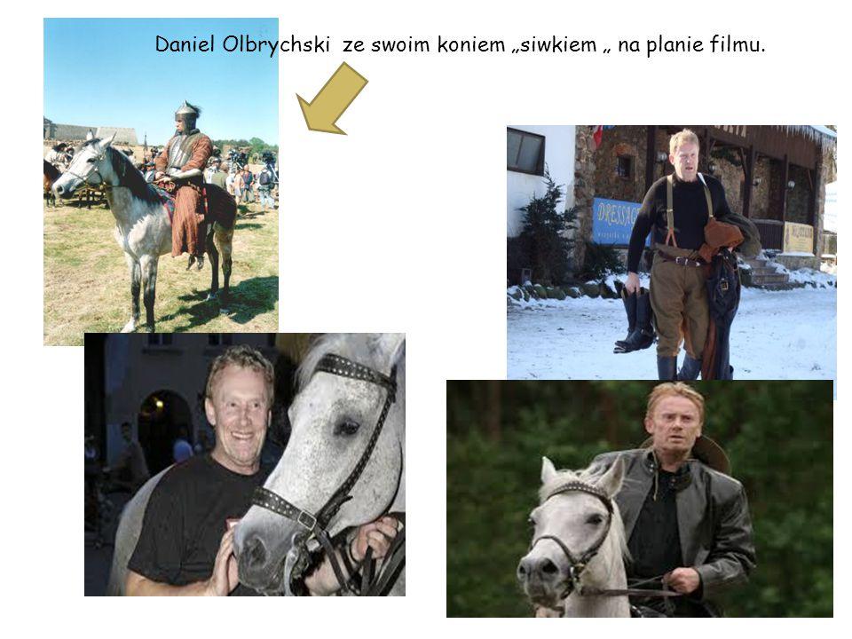 """Daniel Olbrychski ze swoim koniem """"siwkiem """" na planie filmu."""