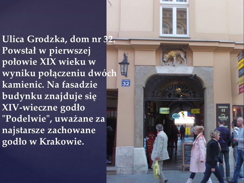 Ulica Grodzka, dom nr 32. Powstał w pierwszej połowie XIX wieku w wyniku połączeniu dwóch kamienic.