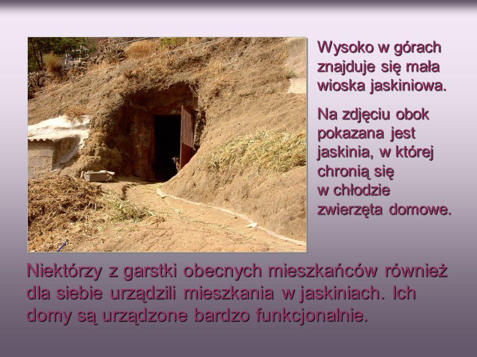Wysoko w górach znajduje się mała wioska jaskiniowa.