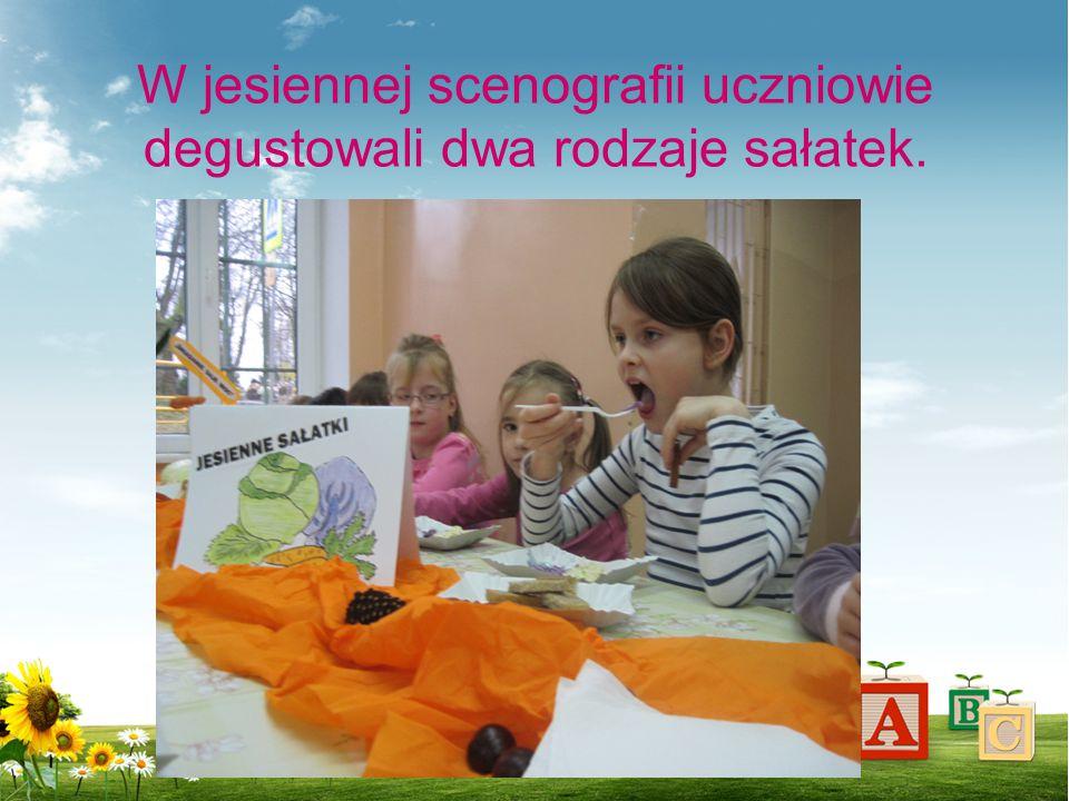 W jesiennej scenografii uczniowie degustowali dwa rodzaje sałatek.