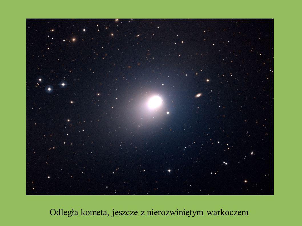 Odległa kometa, jeszcze z nierozwiniętym warkoczem