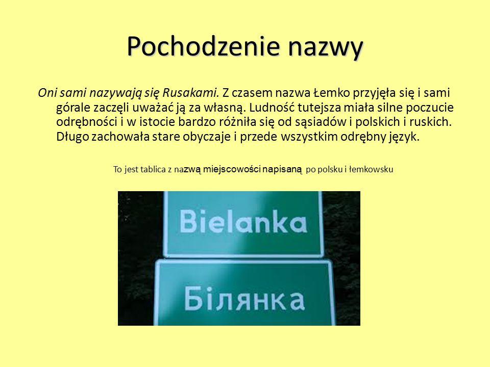 To jest tablica z nazwą miejscowości napisaną po polsku i łemkowsku