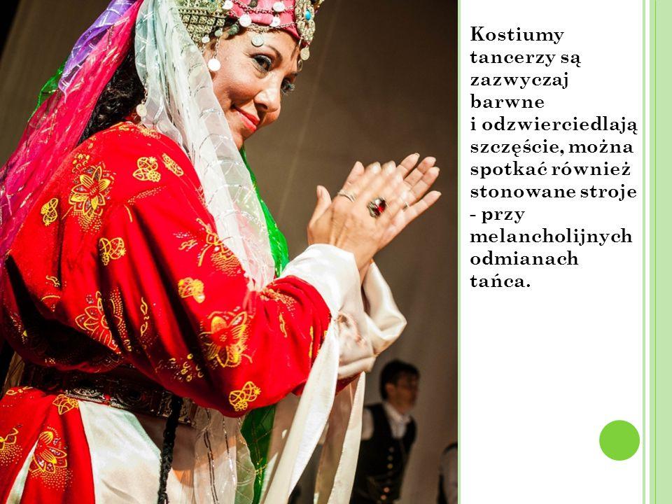 Kostiumy tancerzy są zazwyczaj barwne i odzwierciedlają szczęście, można spotkać również stonowane stroje - przy melancholijnych odmianach tańca.